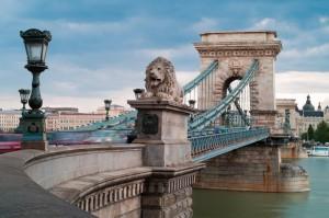 Most Łańcuchowy na Dunaju łączący diw części Budapesztu - Budę i Peszt. Jeden z najsłynniejszych obiektów w stolicy Węgier.