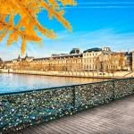 """Pont des Arts - """"most kochanków"""" prowadzący do Luwru"""