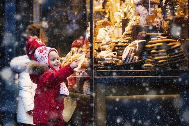 16010106-Children window shopping on traditional Christmas market in Germany