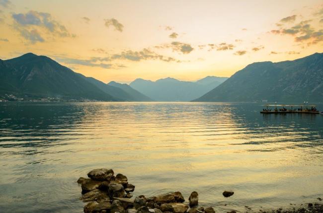 Miejscowości Kotor i Perast wraz z całym krajobrazem Zatoki Kotorskiej przypominającym fiordy północy, został wpisany na Listę Światowego Dziedzictwa Kulturalnego i Przyrodniczego UNESCO.