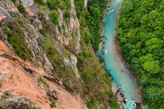 Tara tworzy przełom, płynąc wąską i głęboką doliną - to najgłębszy w Europie kanion.