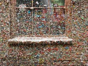 Mur w całości oblepiony gumami do żucia - Gum Wall, Seattle