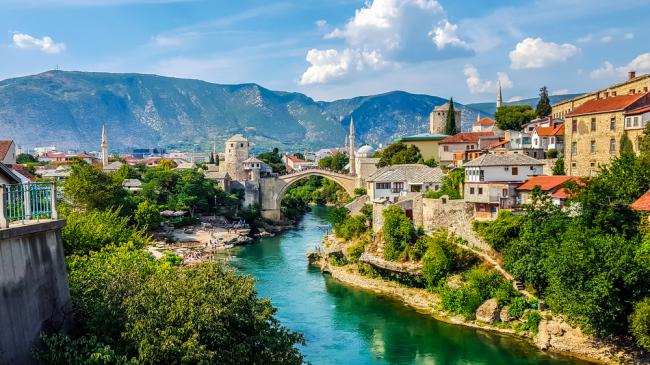 Panorama Mostaru ze Starym Mostem na Naretwie wpisanym  na listę światowego dziedzictwa kulturowego UNESCO.