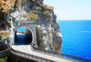 Trasa Amalfi - malownicza droga wzdłuż wybrzeża Morza Tyrreńskiego.