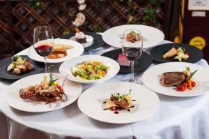 Na dobre zdrowie Francuzów wpływa z pewnością zwyczaj sączenia do posiłków kieliszka czerwonego wytrawnego wina.