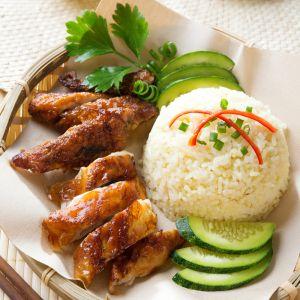 """Ryż stanowi podstawę wielu dań kuchni singapurskiej. Na zdjęciu - popularna potrawa """"hainan"""" - kurczak z ryżem."""