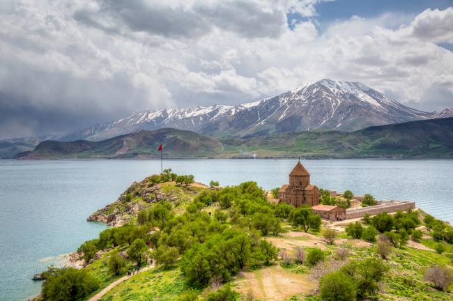 Jezioro Wan jest największym na świecie jeziorem sodowym, silnie zasadowym (pH 9,8).