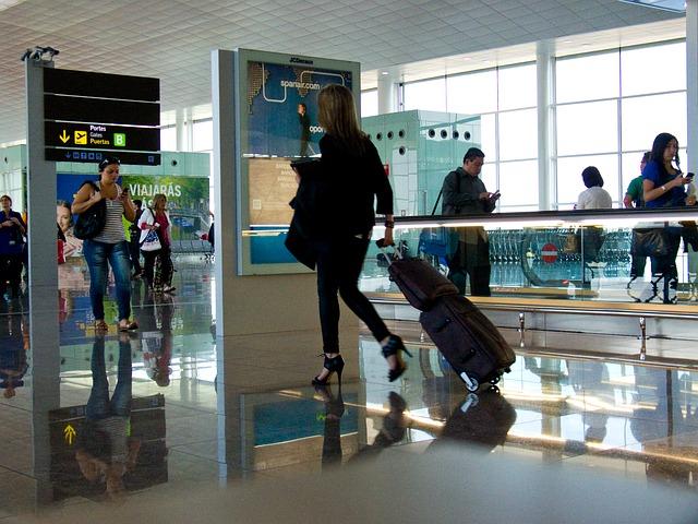 Czy warto podróżować z mniejszym bagażem?