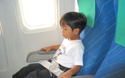 Podróż samolotem z dzieckiem – jak zorganizować mu czas?